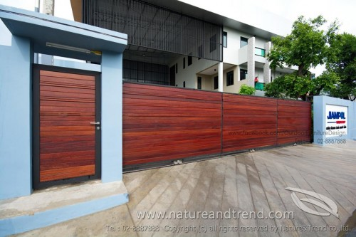 อีกหนึ่งงานประตูรั้วไม้แดงที่ยาวมากเกือบๆ 10 เมตร